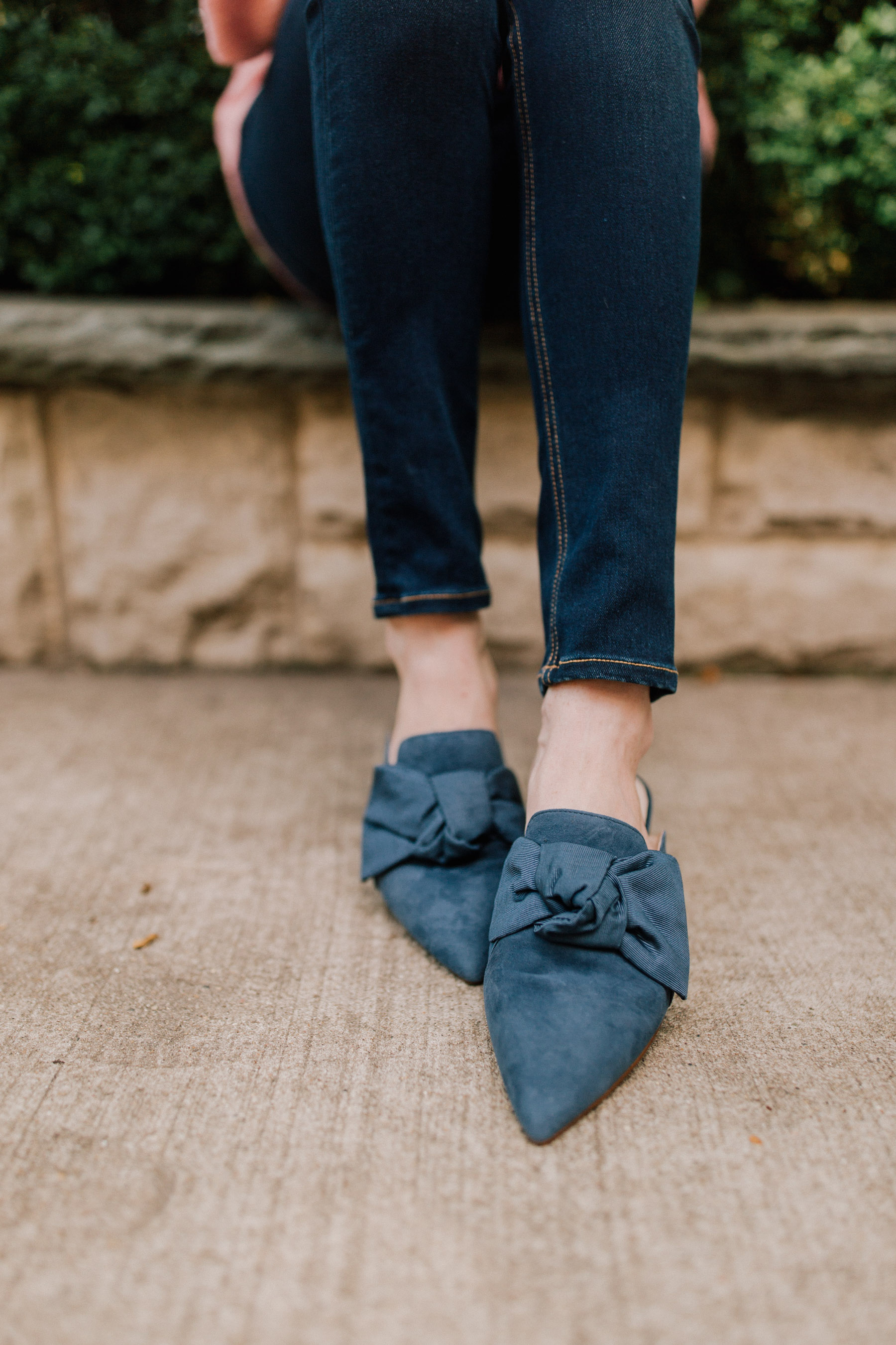 navy bow slides | Kelly in the City