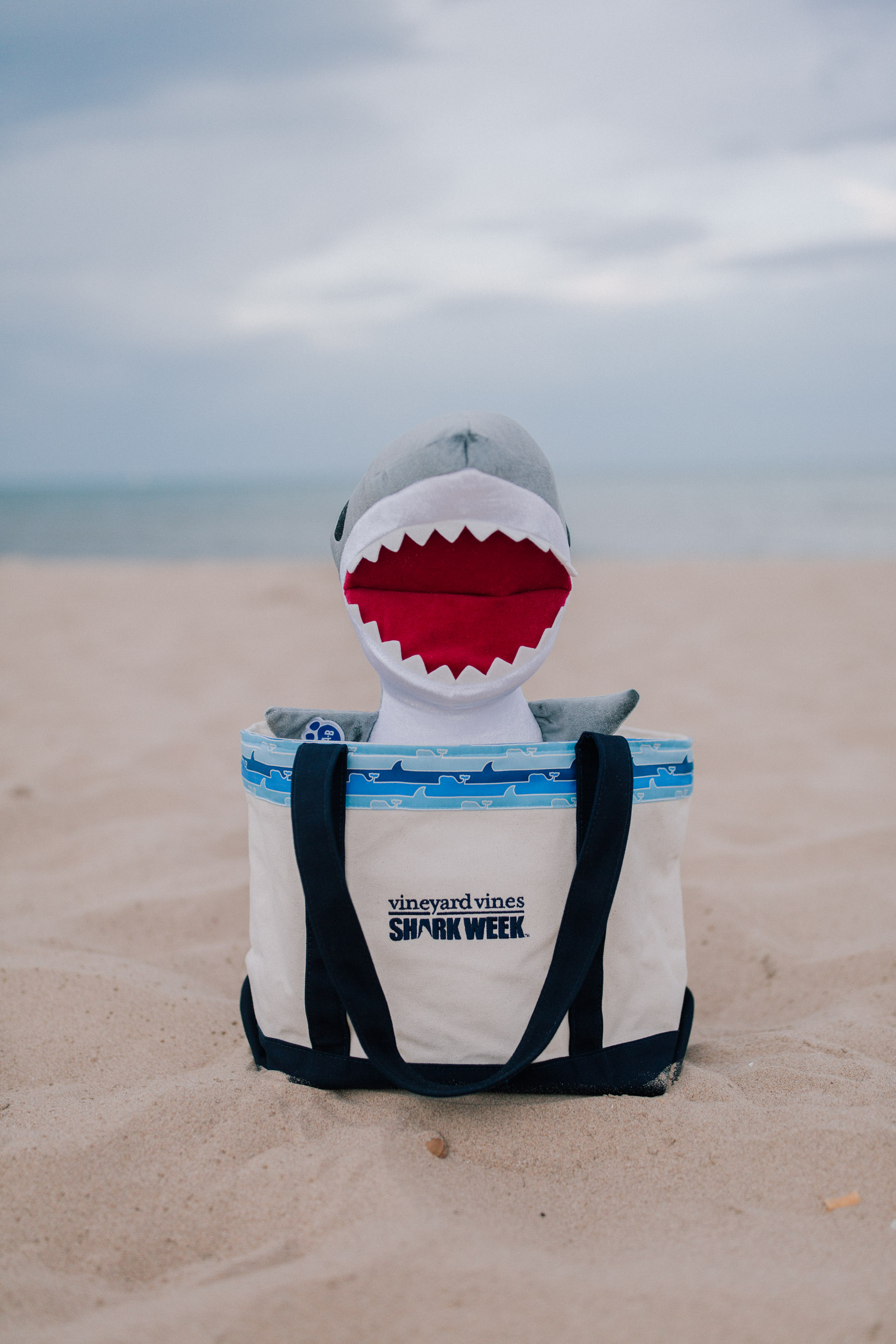 Vineyard Vines - Shark Week bag