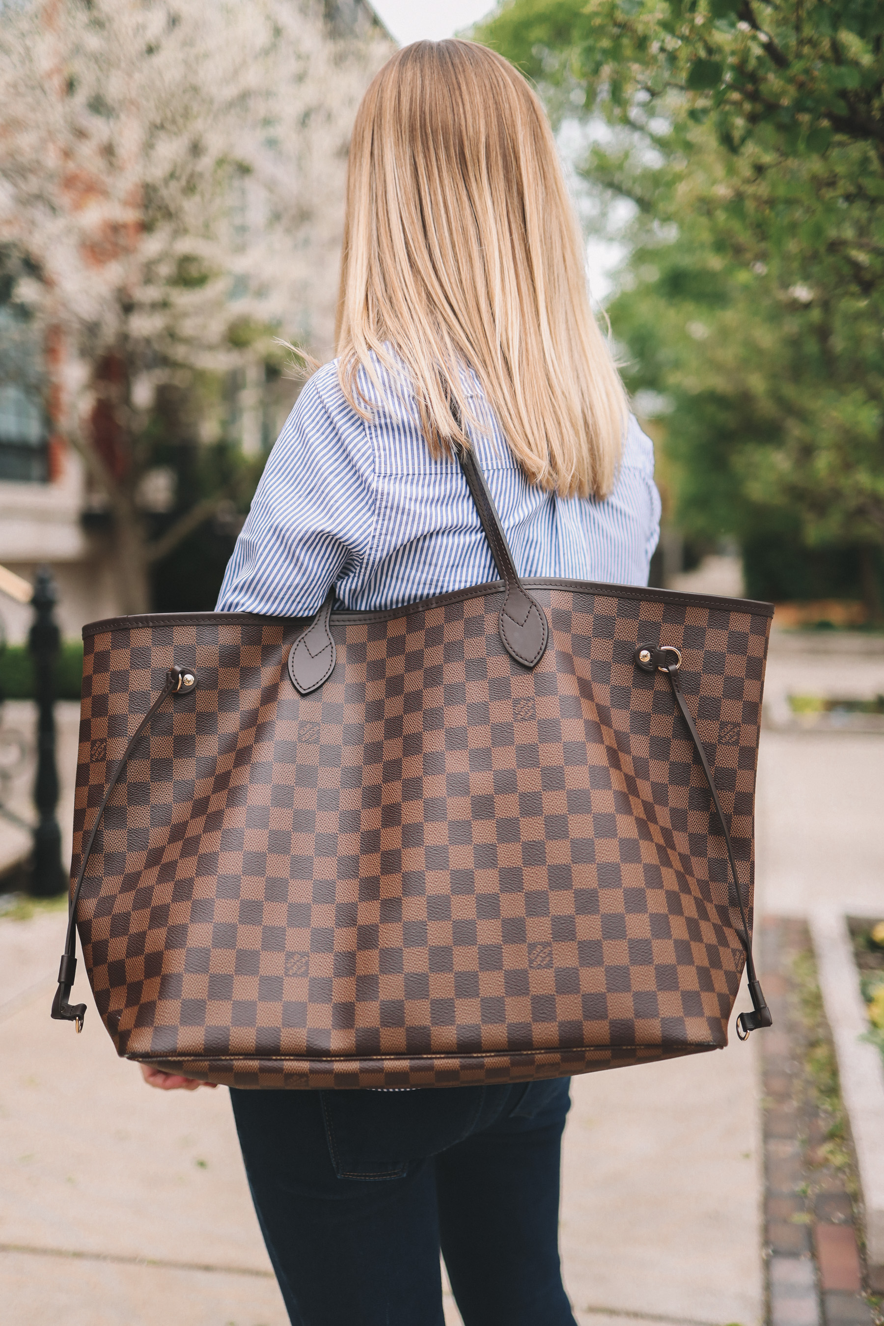 Kelly is caring a Louis Vuitton tote